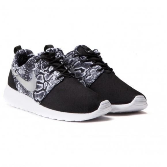 best service a3559 70bb2 Nike Women s Roshe One Snake Print Sport Shoes 6.5.  M 5c31beae45c8b31206df8cc0